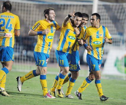 Tvan Trickovski in the middle; photo by apoelfc.com.cy
