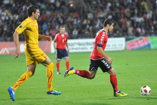 Popov against Mkhitaryan; photo: Yahoo!