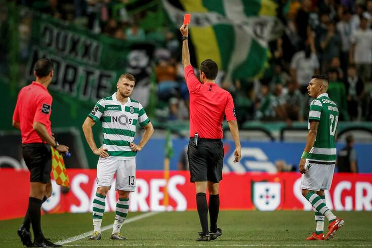 Ristovski receives red card. Photo: ojogo.pt